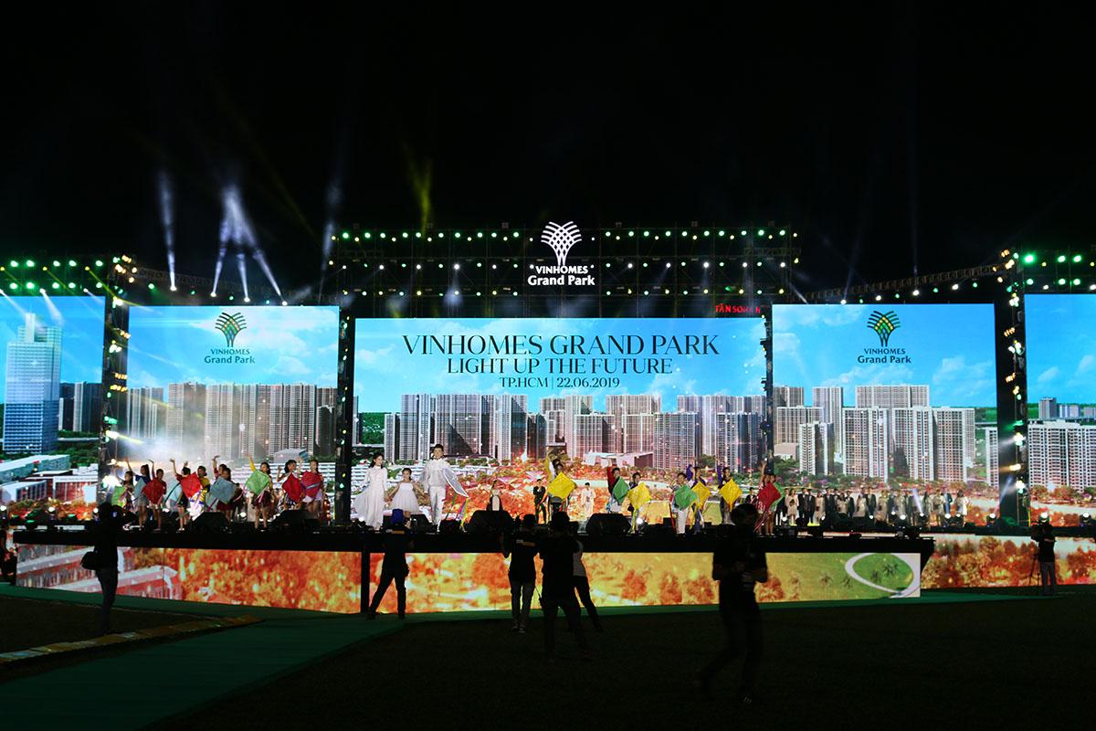 Đại lễ ra quân Đại đô thị Vinhomes Grand Park, Quận 9. Sự kiện thu hút hơn 10.000 nhân viên kinh doanh từ 63 đại lý bán hàng đến tham dự.